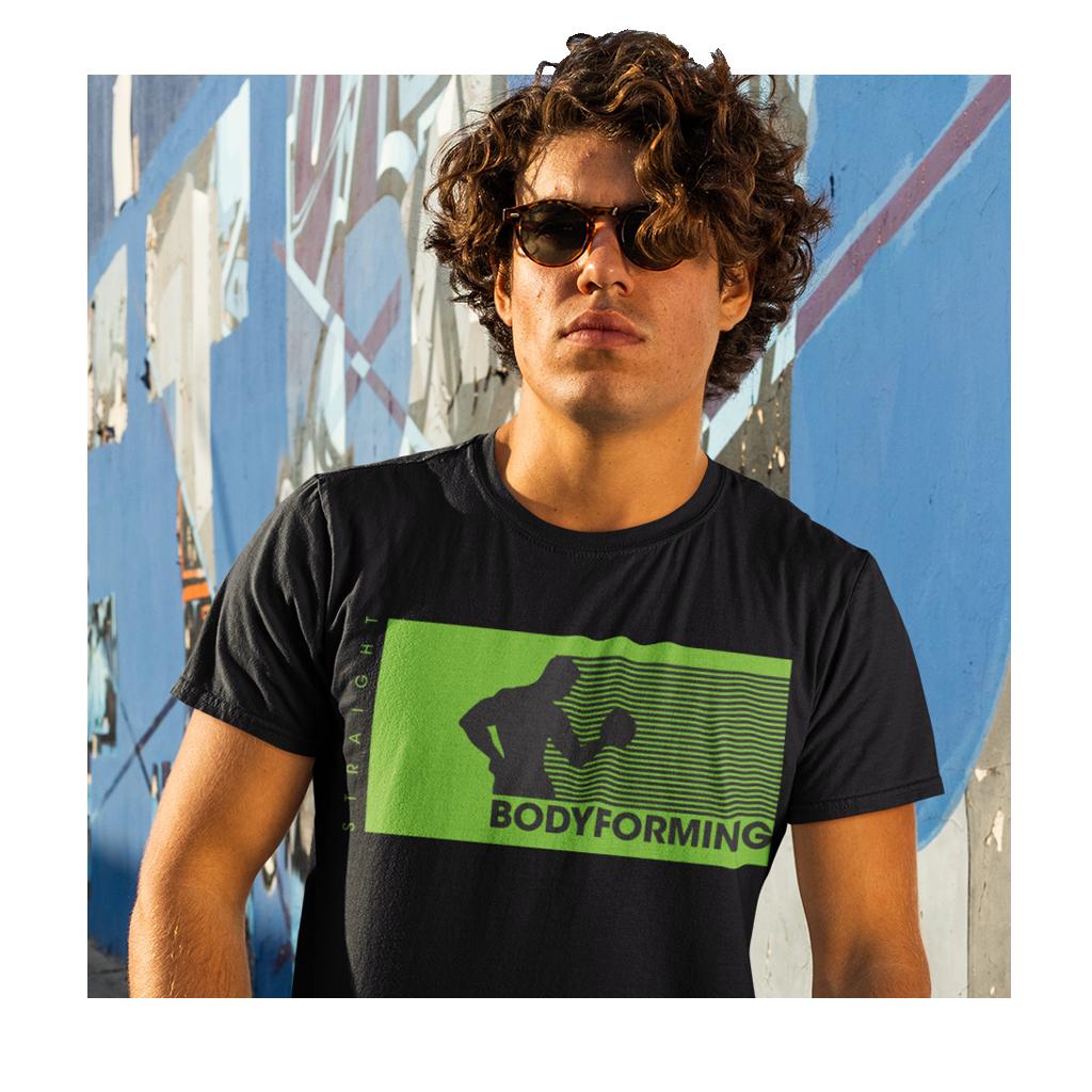 Mann im Bodyforming Shirt